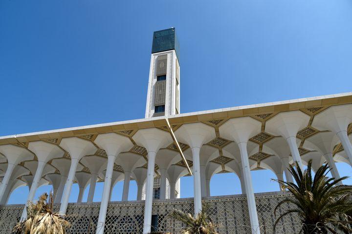 Le minaret de la Grande mosquée d'Alger, haut de 265 mètres, le 14 avril 2019. (RYAD KRAMDI / AFP)
