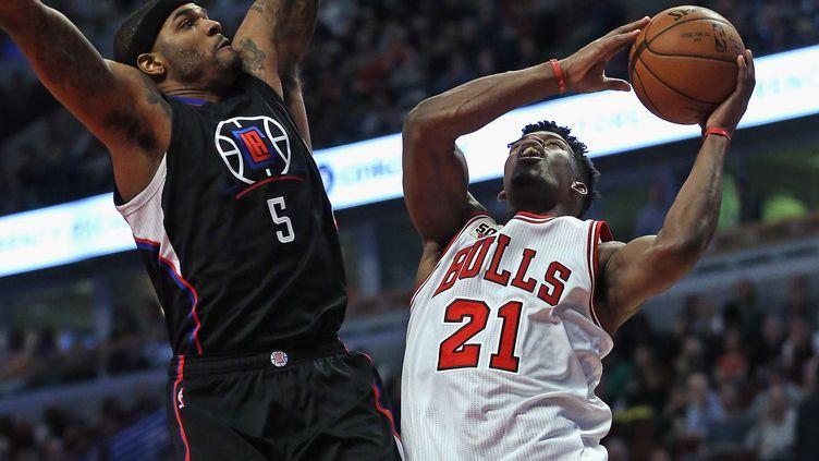 Le joueur des Bulls Jimmy Butler face à Josh Smith des Clippers (JONATHAN DANIEL / GETTY IMAGES NORTH AMERICA)