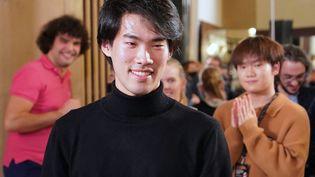 Le pianiste canadienBruce Xiaoyu Liuaprès l'annonce des résultats du concours Chopin, dont il est le lauréat 2021, le 21 octobre 2021 (JANEK SKARZYNSKI / AFP)