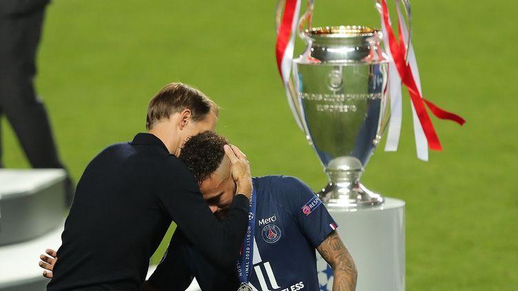 L'entraîneur Thomas Tuchel réconfortant Neymar à la sortie du terrain. (MIGUEL A. LOPES / AFP)
