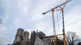 Une grue géante veille sur la cathédrale de Notre-Dame de Paris, le 19 décembre 2019, en attendant de démonter l'échafaudage qui la menace.  (THOMAS SAMSON / AFP)