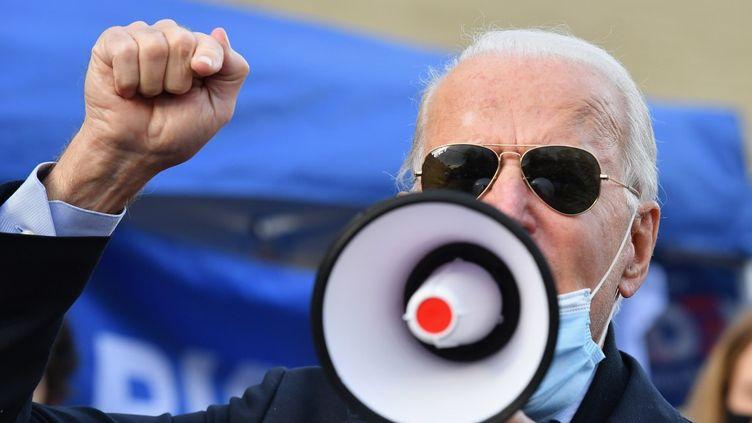 Le candidat démocrate Joe Biden, le 3 novembre 2020, en déplacement à Philadelphie (Pennsylvanie). (ANGELA WEISS / AFP)