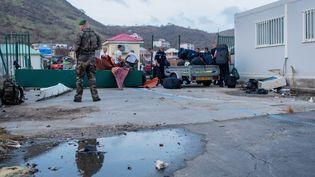 L'armée française sécurise l'accès à l'aéroport de Saint-Martin, le 10 septembre 2017, après le passage de l'ouragan Irma et les pillages qui ont eu lieu. (MAXPPP)