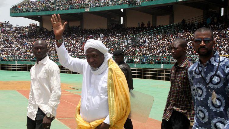 L'imam malien Mahmoud Dicko, très populaire au Mali, vient de lancer son mouvement politique. Un mouvement très inspiré de l'islam rigoriste wahhabite, en vigueur en Arabie Saoudite, où il a reçu une partie de sa formation théologique. Photo prise lors d'un de ses meetings à Bamako, le 12 août 2012. (HABIBOU KOUYATE / AFP)