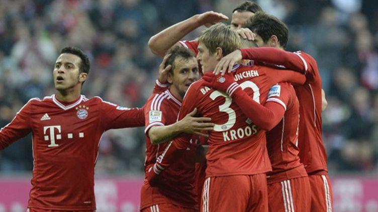 Arjen Robben félicité par ses coéquipiers après l'ouverture du score. (CHRISTOF STACHE / AFP)