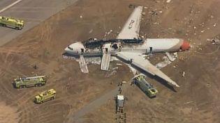 Le Boeing 777 de la compagnie Asiana Airlines qui a raté son atterrissage et pris feu à l'aéroport de San Francisco samedi 6 juillet 2013. (AFP / CBS / KPIX)