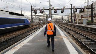 Un employé de la SNCF marche sur les quais de la gare de Lyon (Paris), le 3 avril 2018. (LUDOVIC MARIN / AFP)
