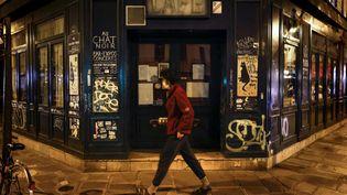 """Devant le célèbre bar """"Au chat noir"""", à Paris, le 6 octobre 2020. (THOMAS COEX / AFP)"""