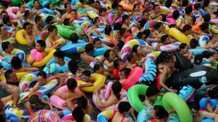 Foule de baigneurs fuyant la chaleur dans un centre de loisirs aquatiques à Suining (province du Sichuan) le 31 juillet 2013. (Reuters-Stringer)