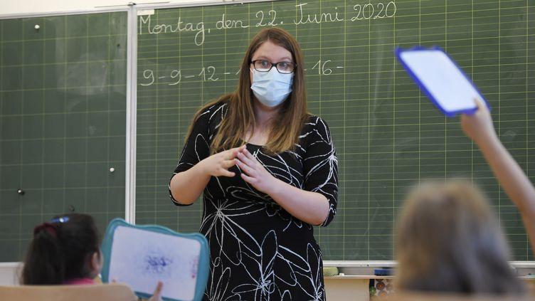 Une enseignante donne cours aux élèves del'école élementaire de la Ziegelau, à Strasbourg, le 22 juin 2020. Photo d'illustration. (FREDERICK FLORIN / AFP)