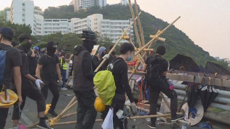 Regain de tensions à Hong Kong. Le territoire connait depuis début juin des manifestations quasi quotidiennes pour dénoncer l'ingérence jugée grandissante de Pékin et exiger des réformes démocratiques.Ces derniers jours, la fracture se creuse avec l'intensification des affrontements entre police et manifestants. (France 24)