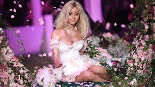 Zahia Dehar pose à l'occasion de son défilé de lingerie printemps-été 2013, à Paris, le 23 janvier 2013. (MAXPPP)