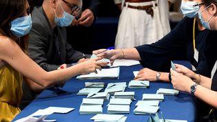 Des assesseurs comptent les bulletins de vote, le 3 juillet 2020 à Paris. (BERTRAND GUAY / AFP)
