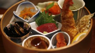 Un repas traditionnel japonais, préparé et présenté dans un restaurant de Tokyo (Japon), le 5 décembre 2013. (TORU HANAI / REUTERS )