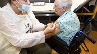 La vaccination des personnes âgées de 80 ans et plus atteint 86% en France alors que dans d'autres pays européens ce taux est à 100% (ERIC DERVAUX / HANS LUCAS)