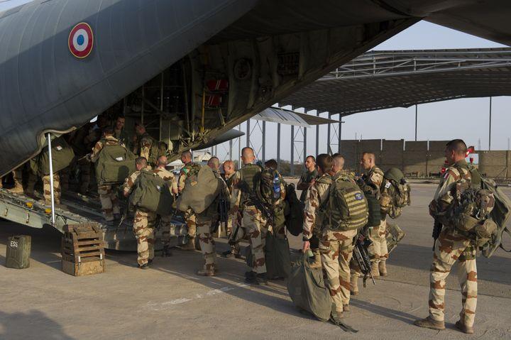 Une photo diffusée par l'armée française montre des troupes du 21e régiment d'infanterie de marin en partance de N'Djamena (Tchad) pour le Mali, le 11 janvier 2013. (NICOLAS-NELSON RICHARD / ECPAD)