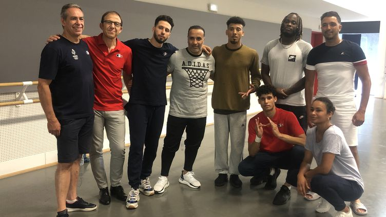 L'équipe tricolore se compose de trois danseurs et de leurs entraîneurs. (FANNY LECHEVESTRIER / FRANCEINFO)