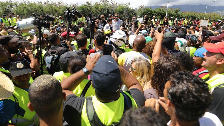 """La ministre des Outre-mer, Annick Girardin,au milieu des """"gilets jaunes"""" le 28 novembre 2018 sur l'île de La Réunion. (RICHARD BOUHET / AFP)"""