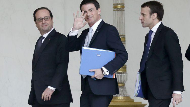 Le président François Hollande, le Premier ministre Manuel Valls et le ministre de l'Economie Emmanuel Macron, le 18 février 2015 à l'Elysée. (STEPHANE DE SAKUTIN / AFP)