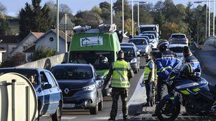 Après la disparition d'Alexia Daval, 20 ans, les gendarmes contrôlent des véhicules, le 30 octobre 2017 à Gray (Haute-Saône). (PHILIPPE DESMAZES / AFP)