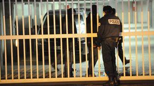 Des policiers fouillent des garages utilisés par les suspects interpellés lors du coup de filet antiterroriste, le 9 octobre 2012 à Torcy (Seine-et-Marne). (MEHDI FEDOUACH / AFP)