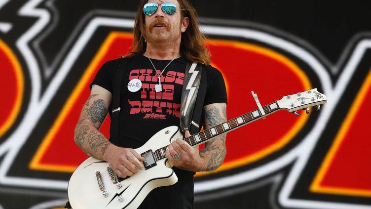 """Jesse Hughes, chanteur dugoupe """"Eagles of Death Metal"""", sur la scène du Hellfest à Clisson (Loir-Atlantique), le 22 juin 2019. (MAXPPP)"""