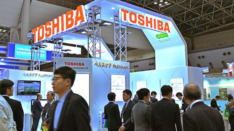 Un stand Toshiba, lors d'un salon électronique à (Tokyo), le 30 janvier 2014. (KAZUHIRO NOGI / AFP)