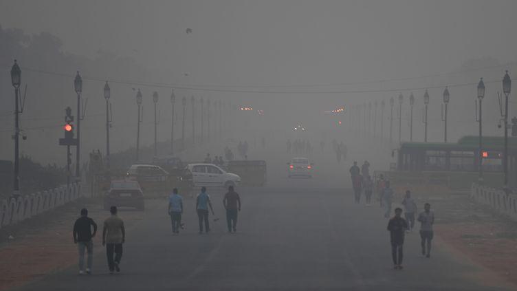 Des habitants deNew Delhi au milieu de la pollution, le 2 novembre 2018. (MONEY SHARMA / AFP)