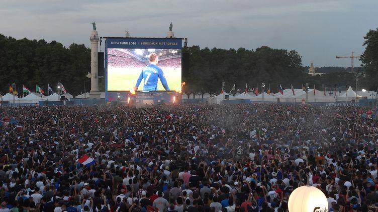 Des supporters regardent un match de l'Eurode footsur un grand écran, à Bordeaux (Gironde), le 7 juillet 2016. (MEHDI FEDOUACH / AFP)