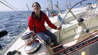 Maud Fontenoy sur son monocoque durant une sortie d'entraînement en mer au large des Sables-d'Olonne (Vendée), en mars 2006. (MARCEL MOCHET / ARCHIVES / AFP)
