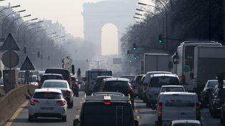 Des bouchons à l'heure de pointe sur une avenue deNeuilly-sur-Seine (Hauts-de-Seine) qui mène à l'Arc de Triomphe,jeudi 13 mars 2014. (CHARLES PLATIAU / REUTERS )