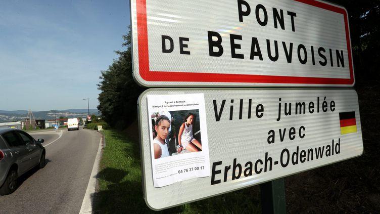 La photo de Maëlys a été affichée sur le panneau à l'entrée de la ville de Pont-de-Beauvoisin (Isère), le 28 août 2017. (MAXPPP)