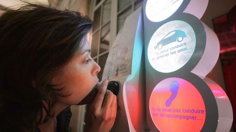 Jetables ou non, les éthylotests sont obligatoires dans les bars et discothèques qui ferment après 2 heures du matin depuis le 1er décembre 2011. (FRANCOIS GUILLOT / AFP)