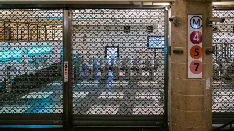 Une bouche de métro fermée à la station Gare de l'Est, à Paris, le 1er janvier 2020. (MATHIEU MENARD / HANS LUCAS / AFP)