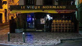 Des chaises sont rangées devant le restaurant Le Vieux Normand à 21h30, à Trouville (Normandie), le 24 octobre 2020. (MATHIEU MENARD / HANS LUCAS)