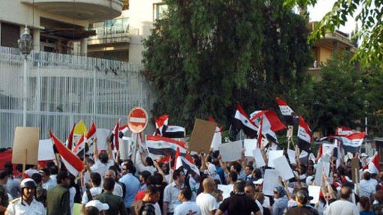 Une foule en colère pro-régime devant l'ambassade des USA à Damas, le 8 juillet 2011. (AFP PHOTO/HO/SANA)