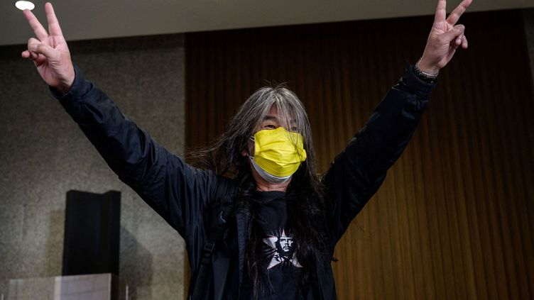 """Leung Kwok Hung, militant pro-démocratie, également connu sous le nom de """"Cheveux longs"""", faitle Vde la victoire alorsqu'il entre au tribunal à Hong Kong le 16 février 2021. (ANTHONY WALLACE / AFP)"""