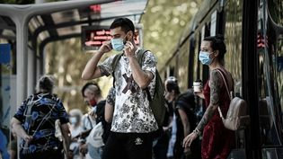 Despassagers sortent du tram, à Bordeaux, le 14 septembre 2020. (PHILIPPE LOPEZ / AFP)