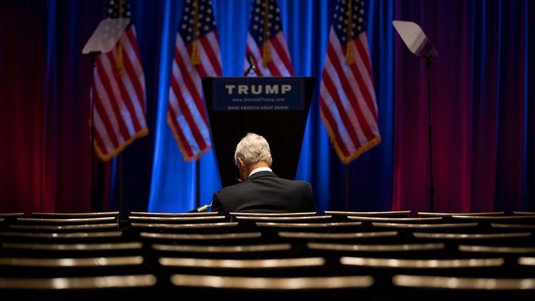 En juin 2016, un homme attend seul la venue de Donald Trump pour un discours auTrump SoHo Hotel à New York.  (DREW ANGERER / GETTY IMAGES NORTH AMERICA / AFP)