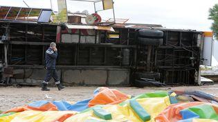 Unpompier sur les lieux où une partie d'un chapiteau s'est effondrée sous l'effet du vent, vendredi 14 octobre 2016, à Ajaccio (Corse). (PASCAL POCHARD-CASABIANCA / AFP)