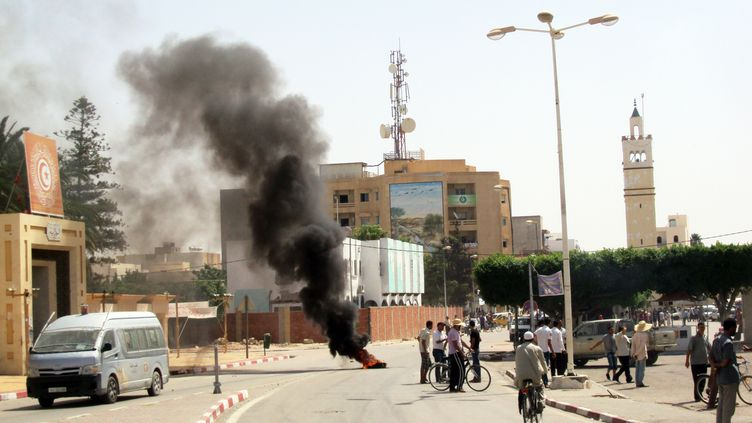 Des dizaines de personnes ont manifesté contre le gouvernement à Sidi Bouzid, dans la journée du 9 août 2012. (MOKHTAR / AFP)