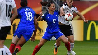 Gaëtane Thiney défie Carina Wenninger lors du match France-Autriche, le 22 juillet 2017, à Utrecht (Pays-Bas). (TOBIAS SCHWARZ / AFP)