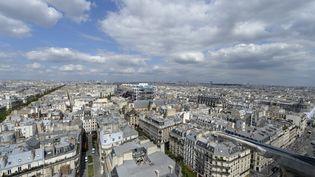 Vue des toits de Paris depuis la Tour Saint-Jacques, dans le 4e arrondissement de la capitale. (MIGUEL MEDINA / AFP)