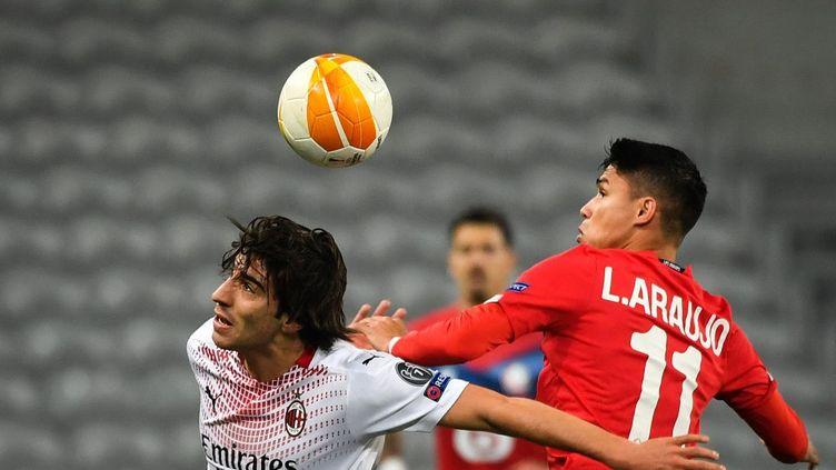 Le joueur milanais Sandro Tonali à la lutte avec le Lillois Luis Araujo lors de la rencontre Lille-Milan AC jeudi 26 novembre 2020 à Villeneuve-d'Ascq (Nord). (DENIS CHARLET / AFP)