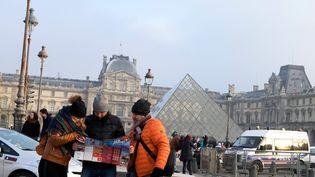 Des touristes à Paris, le 30 décembre 2016 (BRUNO LEVESQUE / MAXPPP)