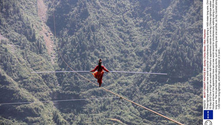 Un funambulechinois,Adil Hoshur, dans le canyon de Dehang, province du Hunan (Chine), le 15 septembre 2012 (QUIRKY CHINA NEWS / REX / SIPA)