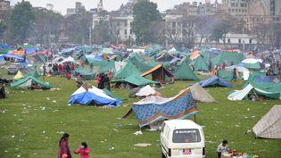 Comme de nombreux habitants de Katmandou (Népal), de nombreux Français ont dû trouver refuge dans des abris de fortune au lendemain du séisme qui a frappé le pays samedi 25 avril. (PRAKASH MATHEMA / AFP)