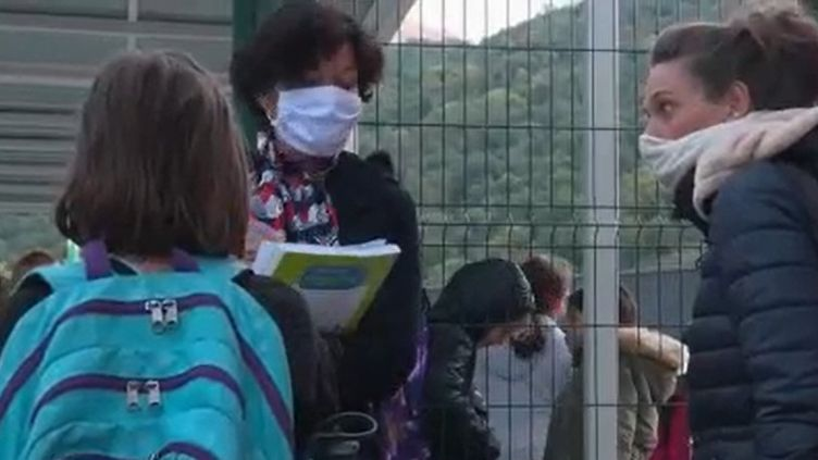 Les habitants des Alpes-Maritimes tentent de retrouver un quotidien normal après le passage dramatique de la tempête Alex, le week-end du 3 et 4 octobre. Les enfants, notamment, ont repris le chemin de l'école, rapporte France 2, jeudi 8 octobre. (FRANCE 2)