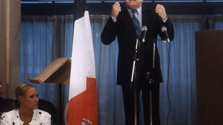 Le fondateur du Front national, Jean-Marie Le Pen, s'exprime face à des militants à Paris, le 25 février 1980. (GEORGES BENDRIHEM / AFP)