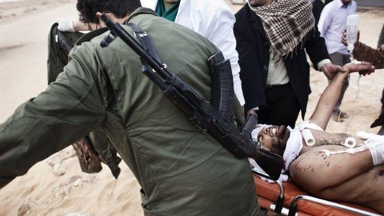 Les insurgés fuyent Ras Lanouf, jeudi 11 mars 2011, sous une pluie de roquettes et d'obus. (AFP)